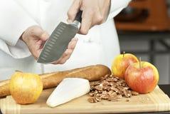 O cozinheiro chefe testa a agudeza da faca Imagens de Stock Royalty Free