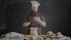 O cozinheiro chefe verifica a qualidade da farinha cruzou então seus mãos e sorriso video estoque