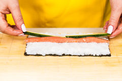 O cozinheiro coloca um enchimento Fotografia de Stock