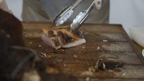 O cozinheiro corta a carne suculenta cozida deliciosa filme