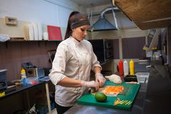 O cozinheiro da mulher prepara a cozinha do sushi do alimento Imagem de Stock Royalty Free