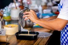 O cozinheiro derrama a massa fora da bacia em um prato de cozimento Classe mestra na cozinha O processo de cozimento Ponto por po fotos de stock