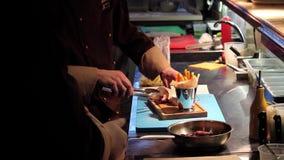 O cozinheiro embala as asas de frango frito video estoque