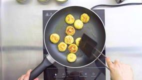 O cozinheiro frita costoletas pequenas em uma frigideira Vista superior video estoque