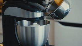 O cozinheiro mistura produtos com o misturador na cozinha dentro video estoque