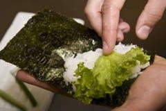 O cozinheiro na cozinha prepara o susi japonês Fotografia de Stock Royalty Free