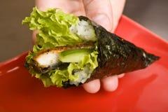 O cozinheiro na cozinha prepara o susi japonês Fotografia de Stock