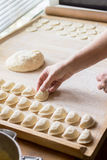 O cozinheiro prepara bolinhas de massa Imagens de Stock