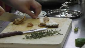 O cozinheiro prepara a carne filme