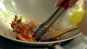 O cozinheiro prepara legumes frescos com camarões em uma frigideira, a seguir separa o camarão vídeos de arquivo