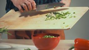 O cozinheiro prepara o movimento lento filme