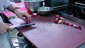 O cozinheiro que corta o rabanete na placa vídeos de arquivo