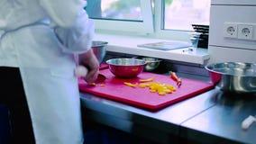 O cozinheiro que corta a pimenta na placa video estoque