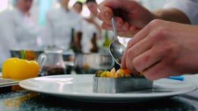 O cozinheiro que decora o prato no restaurante video estoque