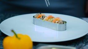 O cozinheiro que decora um prato com camarões vídeos de arquivo