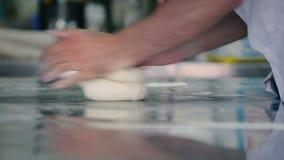 O cozinheiro que prepara uma massa para o pão vídeos de arquivo