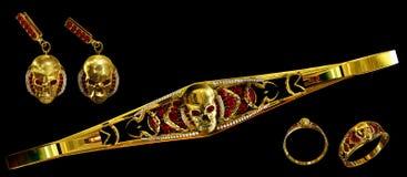 O crânio do ouro da joia ajustou-se com diamante e as gemas vermelhas do rubi Foto de Stock Royalty Free