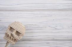 O crânio humano é composto de enigmas de madeira Olha do canto Imagem de Stock Royalty Free