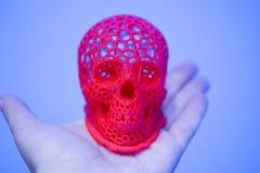O crânio imprimiu com plástico da cor vermelha em uma impressora 3d Fotografia de Stock Royalty Free