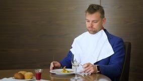 O crítico descontentado do restaurante que olha no prato e não quer tentá-lo video estoque
