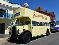 O creme do vintage coloriu o dobro superior aberto Decker Bristol Eastern Counties Bus na estrada foto de stock royalty free