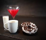 O creme dos anéis de espuma come a bebida de leite doce do café Imagem de Stock Royalty Free