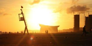O crepúsculo do mar reflete a luz amarela, a plataforma de observação foto de stock