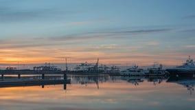 o crepúsculo do Tempo-lapso no porto de Valência cranes a skyline de trabalho dos navios de transporte da carga refletida vídeos de arquivo