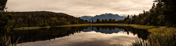 O crepúsculo famoso panorâmico refletiu a vista do cozinheiro de Aoraki/Mt e da montagem belamente românticos Tasman na água do l imagens de stock royalty free