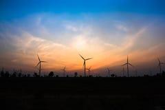 O crepúsculo na exploração agrícola da turbina eólica foto de stock royalty free