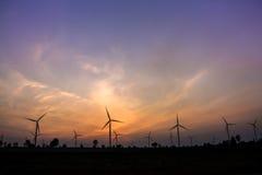 O crepúsculo na exploração agrícola da turbina eólica fotografia de stock