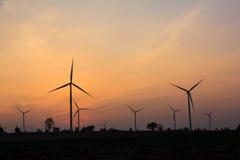 O crepúsculo na exploração agrícola da turbina eólica fotos de stock