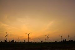 O crepúsculo na exploração agrícola da turbina eólica foto de stock
