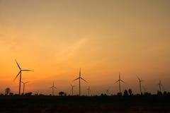 O crepúsculo na exploração agrícola da turbina eólica imagens de stock royalty free