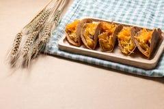 O crepe do estilo tailandês ou Kanom friável Buang Boran são um tipo da sobremesa tailandesa tradicional Imagens de Stock