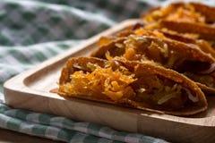 O crepe do estilo tailandês ou Kanom friável Buang Boran são um tipo da sobremesa tailandesa tradicional Fotografia de Stock Royalty Free