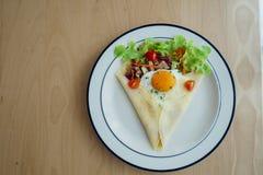 O crepe do presunto da galinha cobriu com ovo e os vegetais verdes Imagens de Stock
