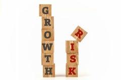 O crescimento e o risco exprimem escrito na forma do cubo Imagens de Stock