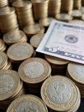 o crescimento econ?mico e a troca, empilharam moedas de dez pesos mexicanos e de americano cinco d?lares de conta imagens de stock