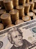 o crescimento econômico e a troca, empilharam moedas de dez pesos mexicanos e de americano vinte dólares de conta fotografia de stock