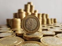o crescimento econômico e a troca, empilharam moedas de dez pesos mexicanos imagem de stock