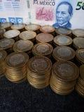 o crescimento econômico e a troca, empilharam moedas de dez pesos mexicanos e cédula de 500 pesos foto de stock royalty free