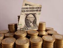 o crescimento econômico e a troca, empilharam moedas de dez pesos mexicanos e notas de dólar do americano um foto de stock royalty free