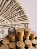 o crescimento econômico e a troca, empilharam moedas de dez pesos mexicanos e notas de dólar do americano um fotografia de stock