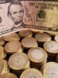 o crescimento econ?mico e a troca, empilharam moedas de dez pesos mexicanos e de americano cinco d?lares de conta foto de stock royalty free