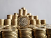 o crescimento econ?mico e a troca, empilharam moedas de dez pesos mexicanos fotografia de stock royalty free
