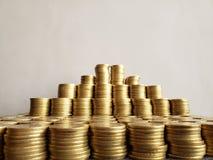 o crescimento econ?mico e a troca, empilharam moedas de dez pesos mexicanos foto de stock royalty free