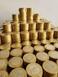 o crescimento econ?mico e a troca, empilharam moedas de dez pesos mexicanos foto de stock