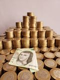 o crescimento econ?mico e a troca, empilharam moedas de dez pesos mexicanos e c?dula de 200 pesos fotografia de stock royalty free