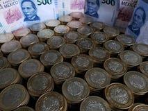 o crescimento econ?mico e a troca, empilharam moedas de dez pesos mexicanos e c?dulas de 500 pesos imagem de stock royalty free